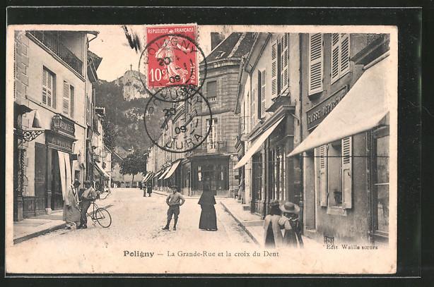 AK Poligny, La Grande Rue et la Croix du Dent, Gens dans la rue
