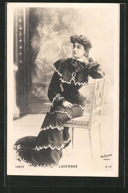 Foto-AK Atelier Reutlinger, Paris, Schauspielerin Lavergne sitzt auf einem Stuhl