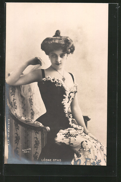 Foto-AK Atelier Reutlinger, Paris, Schauspielerin Leone Otho sitzt auf einem Stuhl