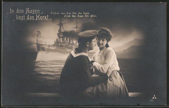 AK Matrose in Uniform mit seiner Liebsten, Kriegsschiff im Hintergrund