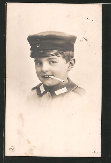 AK Kind in Soldatenuniform mit Schirmmütze und Zigarette