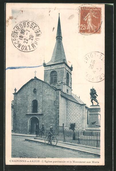 AK Craponne-sur-Arzon, L'eglise paroissiale et le monument aux morts, Radfahrer