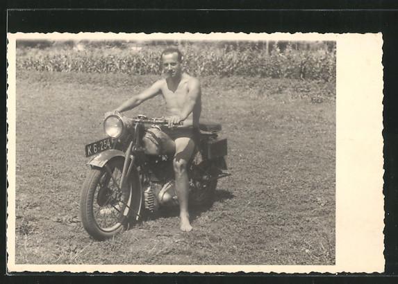Foto-AK stolzer Motorradfahrer auf seinem Motorrad NSU-OSL