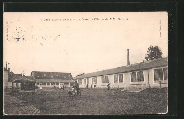 AK Pont-sur-Yonne, la cour de l'usine de M.M. Bernier