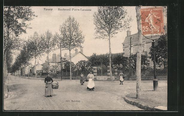 AK Toucy, Boulevard Pierre Larousse, Femmes dans la Rue