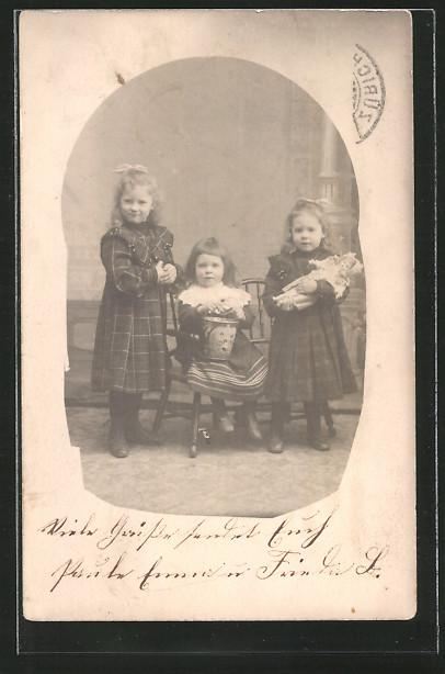 Foto ak drei mädchen mit einer puppe nr