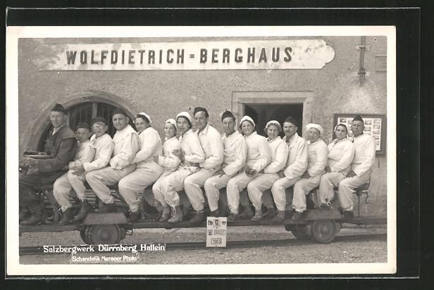 Foto-AK Salzbergwerk Dürnberg Hallein, Wolfdietrich Berghaus, Besucher auf Kleinbahn