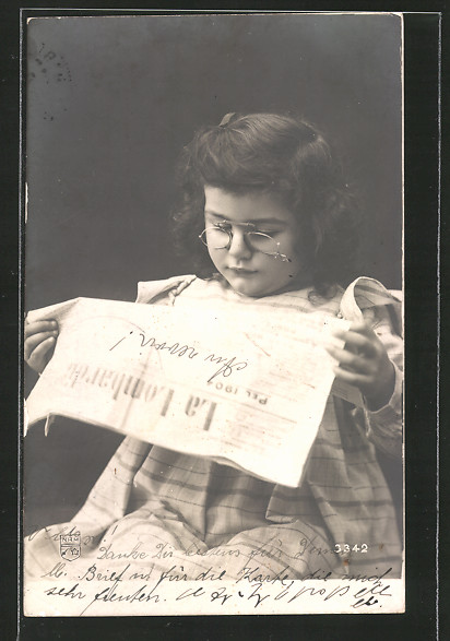 AK Mädchen mit Brille liest in der Zeitung La Lombardia