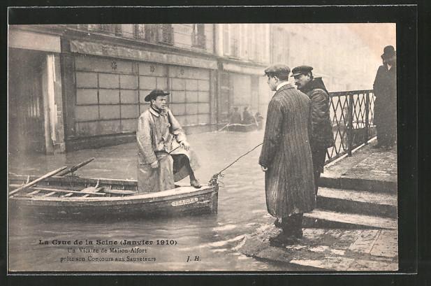 AK Maisons-Alfort, La crue de la Seine 1910, un vicaire prête son concours aux sauveteurs, Hochwasser