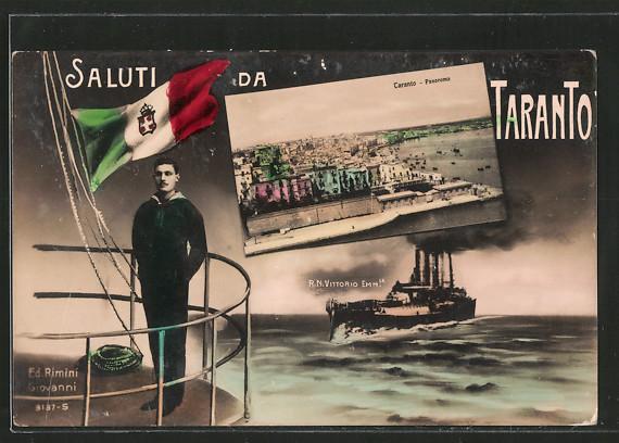 AK Taranto, Panorama, ital. Kriegsschiff Vittorio Emanuele, Matrose in Uniform steht neben der Flagge