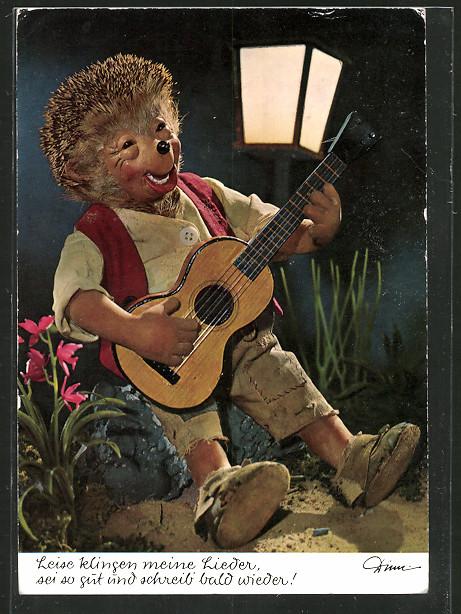 AK Mecki spielt in der Nacht auf seiner Gitarre ein Lied