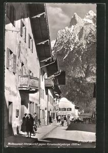 AK Mittenwald, Strasse am Obermarkt mit Geschäften und Passanten