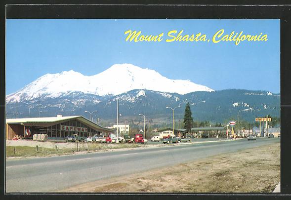 AK Mount Shasta, CA, Teilansicht mit Tankstellen, Blick auf den Berg