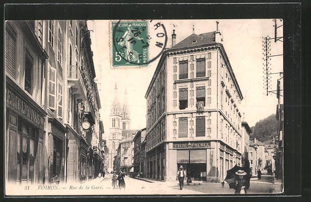AK Voiron, Rue de la Gare mit Geschäften, Blick zur Kirche