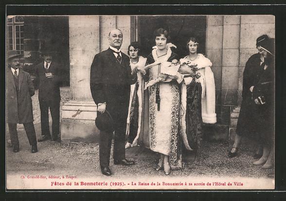 AK Troyes, Fêtes de la Bonneterie 1925, La Reine de la Bonneterie À sa sorti de l'hôtel de ville