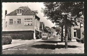 AK Bennebroek, Strasse Schoollaan mit Geschäften und Wohnhäusern