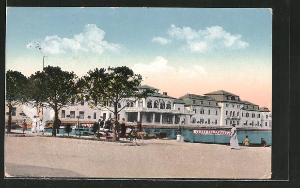 AK Brioni, Partie am Hafen mit Gebäudeansicht und Passanten