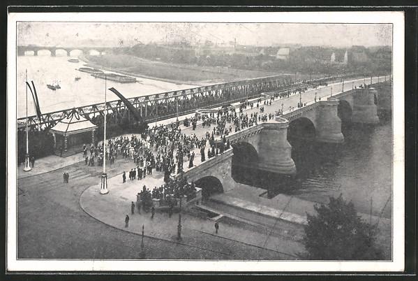 AK Dresden, Einweihung der Friedrich-August-Brücke am 30.8.1910, der König verlässt die Brücke