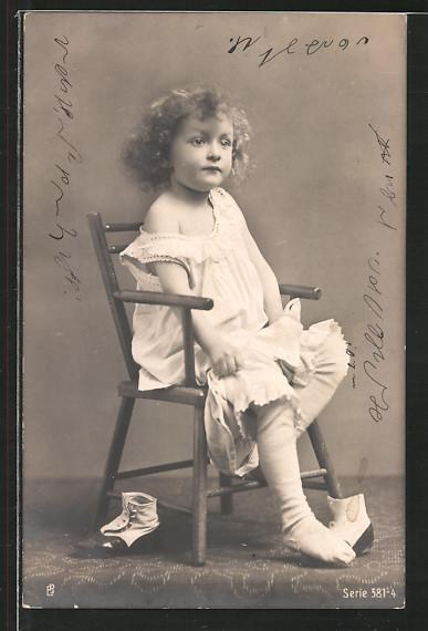 Foto-AK Mädchen sitzt auf einem Stuhl