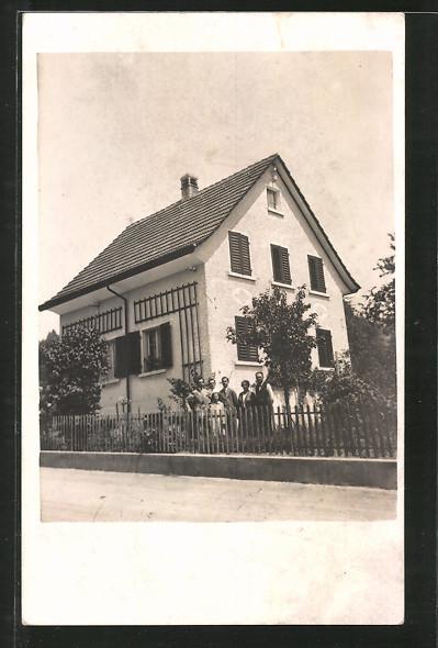 Foto-AK Uetikon, Strasse an einem Wohnhaus