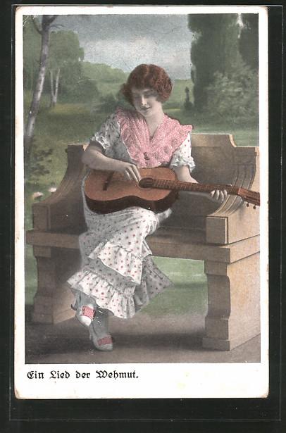 AK Junge Frau spielt ein Lied der Wehmut auf ihrer Gitarre