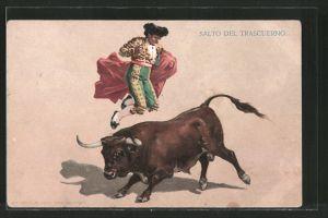 AK Stierkämpfer springt über einen anstürmenden Stier herüber