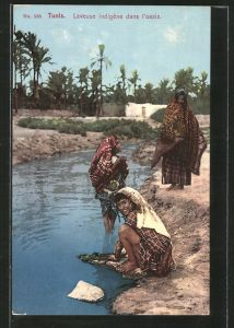 AK Tunis, Laveuse indigène dans l'oasis, tunesiche Waschfrau in Oase
