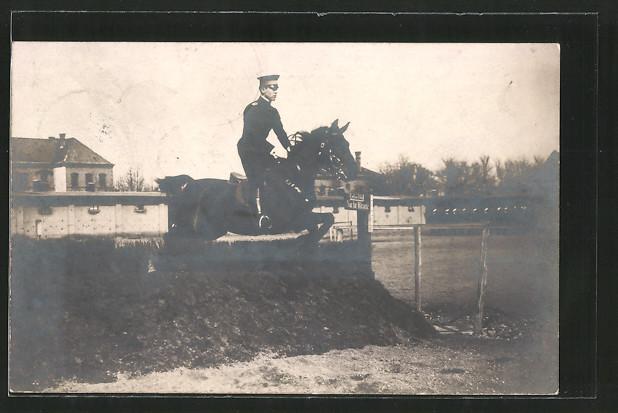 Foto-AK Reiter springt mit seinem Pferd über ein Hindernis, Pferdesport