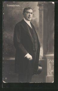 AK Schauspieler Adolf von Sonnenthal im Mantel mit Spazierstock