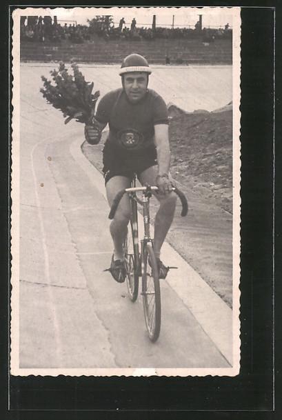 Foto-AK Radsportler auf seinem Fahrrad nach erfolgreichem Rennen