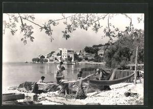 AK Podgora, Männer beim Bootsbau vor der Stadt