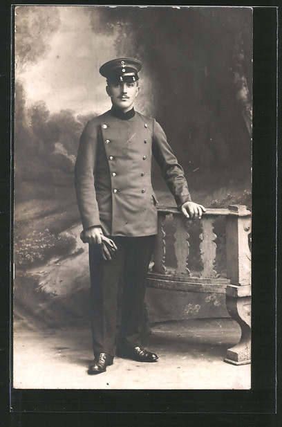 Foto-AK Angehöriger der Militärbahn in Uniform mit Mützenabzeichen