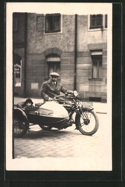 Foto-AK Motorrad mit Seitenwagen, Motorradfahrer mit seinem Sohn