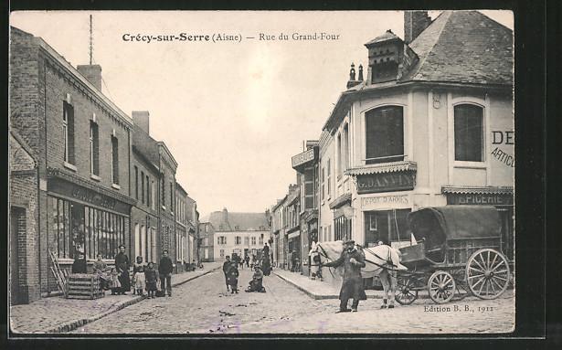 AK Crécy-sur-Serre, Rue du Grand-Four, Pferdekutsche
