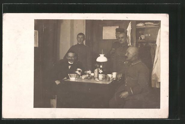 Foto-AK Mediziner mit Offizieren und Unteroffizier auf Stube