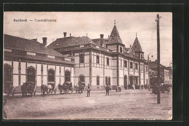AK Szolnok, Vasútállomás, Pferdekutschen stehen vor dem Bahnhof