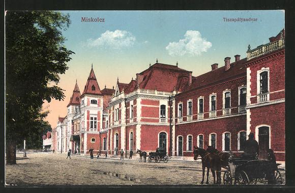 AK Miskolc, Tiszapályaudvar, Pferdekutschen stehen vor dem Bahnhof