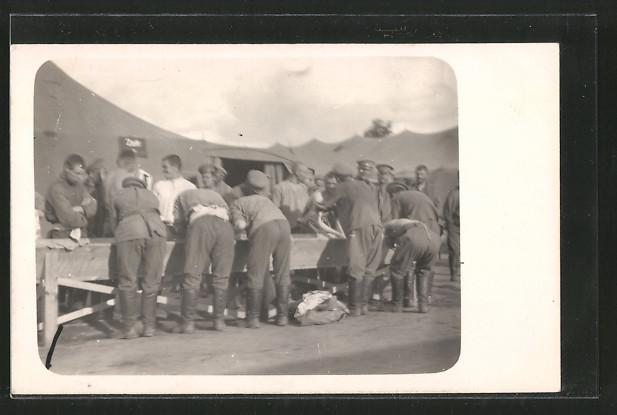 Foto-AK Königsbrück, russische Kriegsgefangene waschen sich im Kriegsgefangenenlager 1914