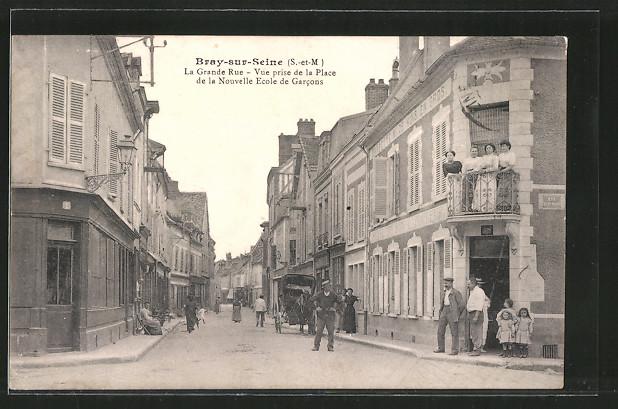 AK Bray-sur-Seine, La grande rue, vue prise de la place de la nouvelle ecole des garcons, Pferdekutsche