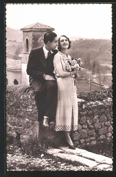 Foto-AK P.C.Paris 3505: Paar an einer Mauer vor einem Ort
