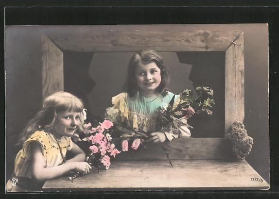 Foto-AK GL Co: Mädchen in bunten Kleidern halten Blumen in Händen