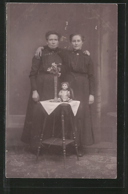 Foto-AK Zwei Frauen Arm in Arm mit Puppe