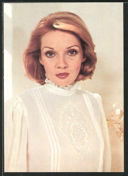 AK Schauspielerin Zdena Studénkková schaut ernst in die Kamera
