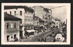 AK Miskolc, Strasse mit Geschäften und Strassenbahn