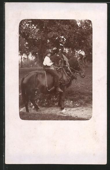 Foto-AK Knabe auf Zugpferd mit Geschirr