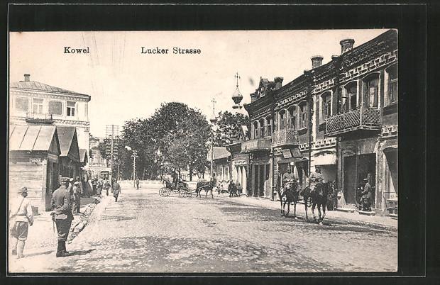 AK Kowel, Lucker Strasse mit Passanten, Pferdekutsche, Reiter zu Pferde
