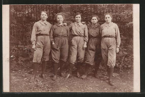 Foto-AK Junge Eisenbahnerinnen in Arbeitskleidung