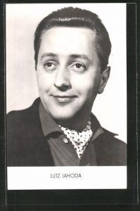 AK Schauspieler Lutz Jahoda mit Halstuch posierend