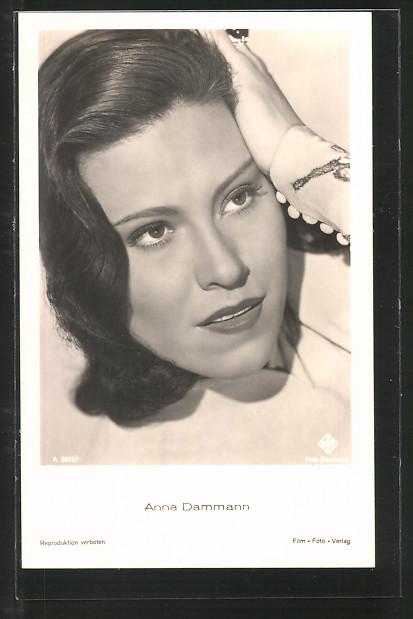 AK Schauspielerin Anna Dammann streicht sich mit der Hand durchs Haar