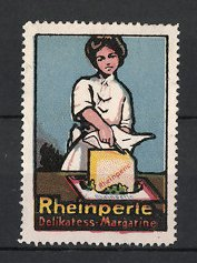 Reklamemarke Rheinperle Delikatess Margarine, Hausfrau schneidet Margarine